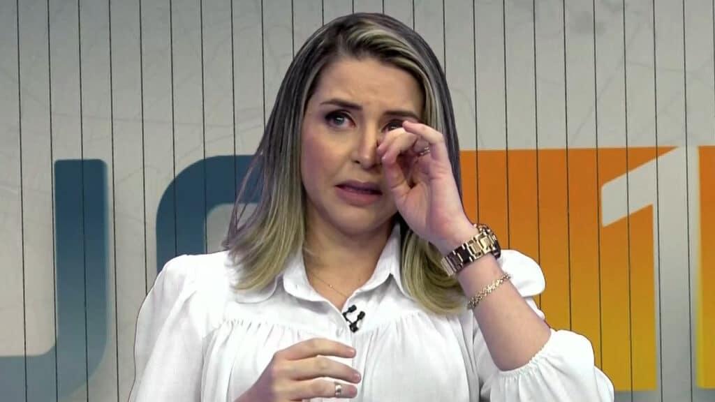 Gabriela ficou emocionada e chorou ao pedir ajuda para casal que perdeu filho de dois meses (foto: Reprodução)