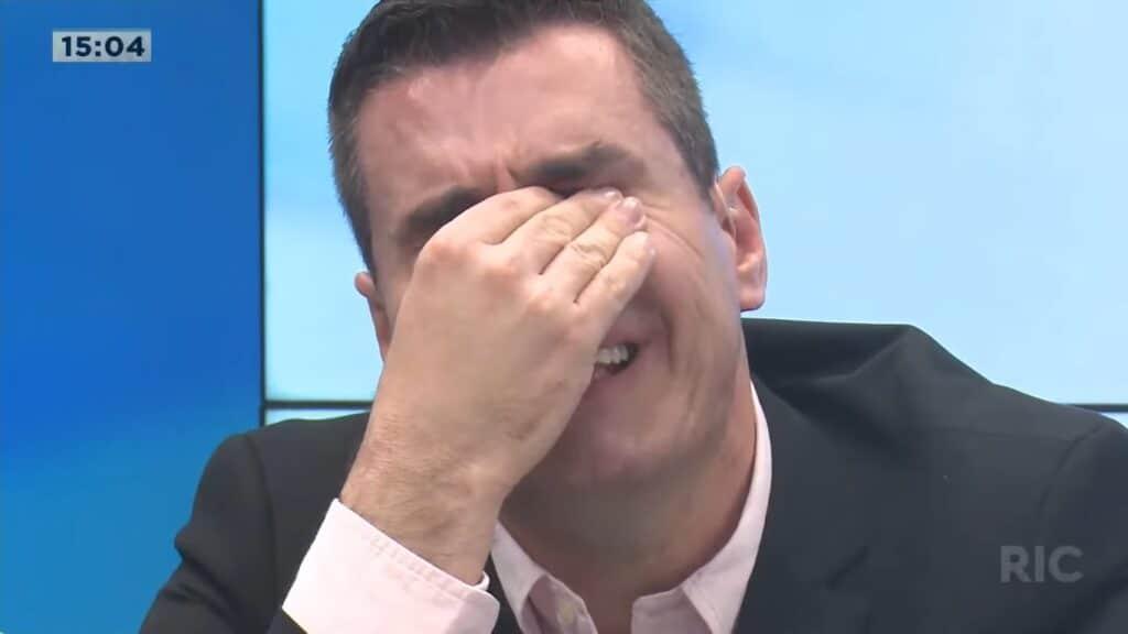 Giuliano Marcos chorou ao descobrir os resultados da pesquisa do Ibope (foto: Reprodução/RIC Record)