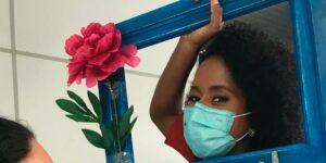 Maju Coutinho se emocionou ao ser vacinada (foto: Reprodução)