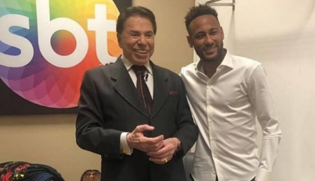 Silvio Santos posa ao lado de Neymar: SBT venceu na audiência, mas o jogador perdeu no campo (foto: Reprodução)