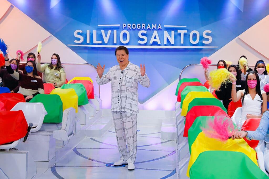 Silvio Santos grava programa vestindo pijama (foto: SBT/Lourival Ribeiro)