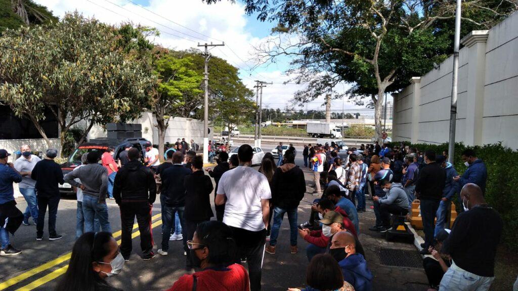 Funcionários da RedeTV! se reuniram na porta da emissora para entrar em greve (foto: TV Pop)