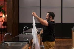 Antônio, de 23 anos, deixou o MasterChef; reality gastronômico teve a pior audiência pela segunda semana consecutiva (foto: Band/Carlos Reinis)