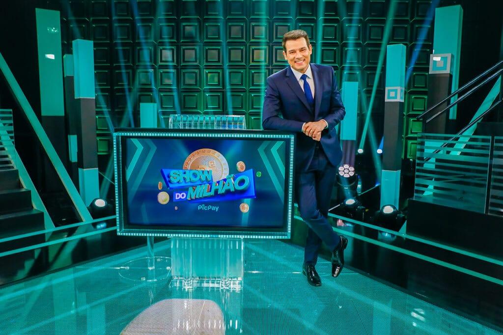 Celso Portiolli no cenário da nova versão do Show do Milhão (foto: SBT/Lourival Ribeiro)