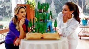 Beca Milano e Nadja Haddad posam ao lado de um dos bolos do episódio de Bake Off Brasil: pior audiência da história (foto: Lourival Ribeiro/SBT)