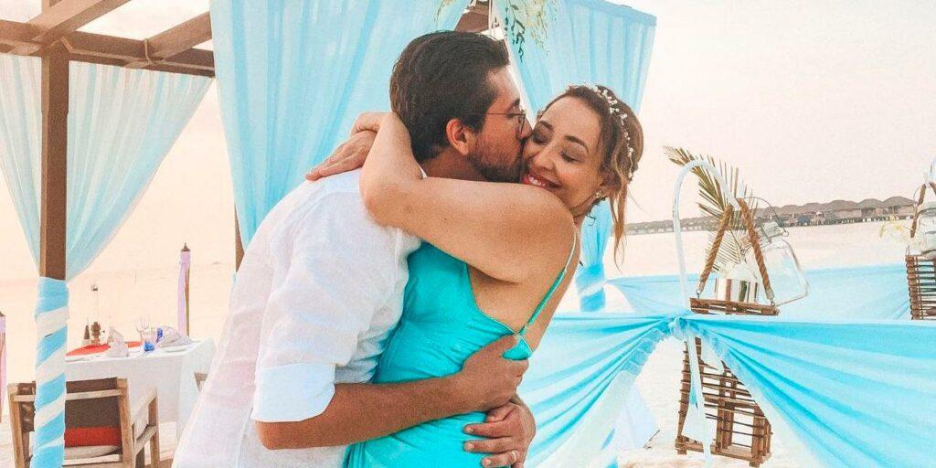 Camila Monteiro posa ao lado de seu marido, o músico Carlos Henrique Rebolo (foto: Reprodução)