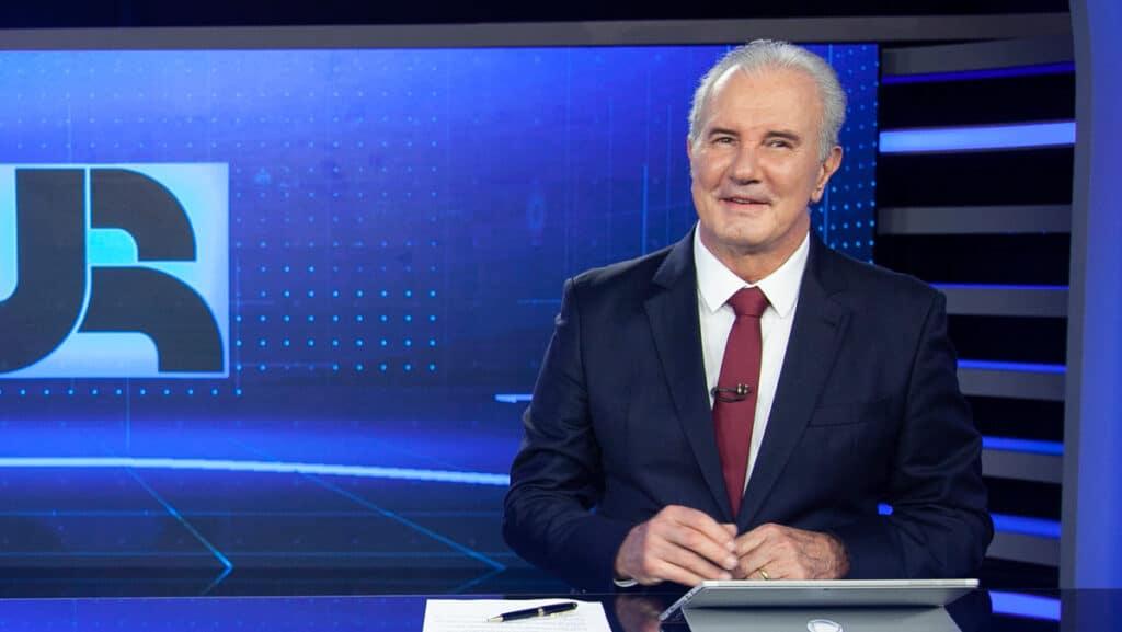 Celso Freitas já tem data para reassumir a bancada do Jornal da Record (foto: Edu Moraes/Record)