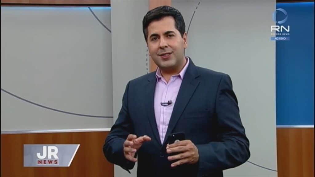 Clébio Cavagnolle atua como repórter e apresentador na Record do Distrito Federal (foto: Reprodução/Record News)
