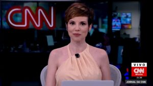 Gloria Vanique foi transformada em narradora de enlatados (foto: Reprodução/CNN Brasil)