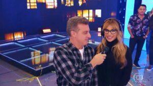 Dany Bananinha e Luciano Huck vão continuar juntos nos domingos da Globo (foto: Reprodução/TV Globo)
