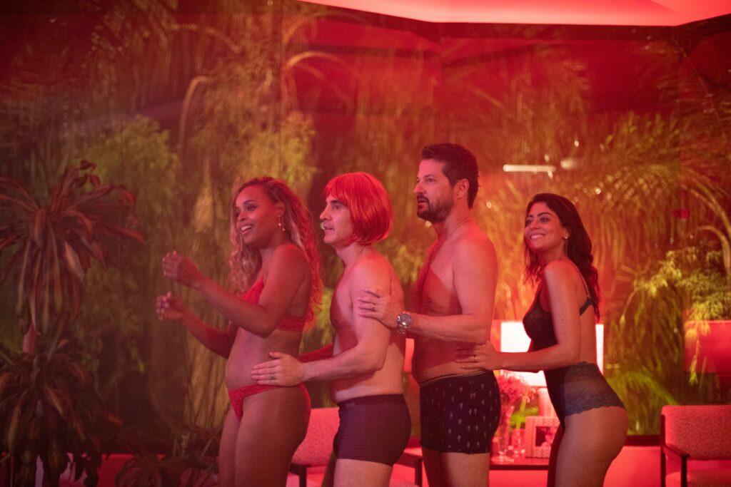 Roberta Rodrigues, Marcelo Laham, Marcelo Serrado e Carol Castro em cena do filme Dois + Dois (foto: Divulgação)