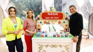 Nadja Haddad e os jurados, Beca Milano e Olivier Anquier, posam ao lado da base da prova criativa do Bake Off Brasil