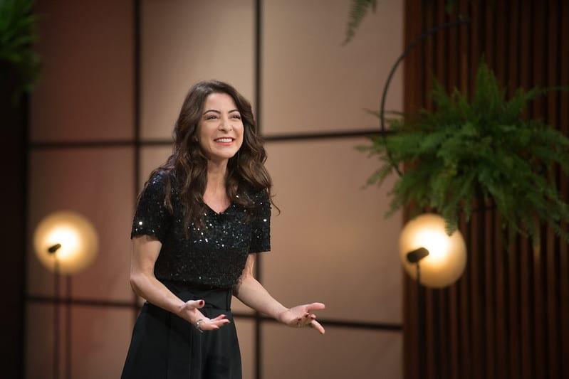 Ana Paula Padrão é a apresentadora do MasterChef no Brasil; formato atingiu marca de 500 temporadas no mundo todo (foto: Carlos Reinis/Band)