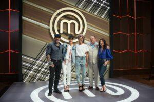 Bela Gil posa com os jurados e a apresentadora Ana Paula Padrão (foto: Band/Carlos Reinis)