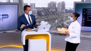 Ao vivo no Bom Dia SP, Rodrigo Bocardi recebeu prato de frango enviado por Ana Maria Braga na Globo (foto: Globo/Reprodução)