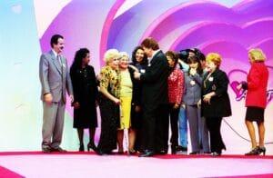 Dercy Gonçalves no palco do Em Nome do Amor com convidados e Silvio Santos (foto: SBT/João Batista da Silva)