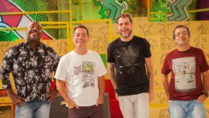 Imagem dos apresentadores Tatola Godas, Dennys Motta, Ricardo Mendonça e Ângelo Campos no cenário do programa Encrenca, na RedeTV!