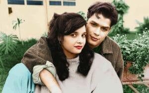 Foto antiga dos atores Daniella Perez (1970-1992) e Fábio Assunção com um jardim ao fundo