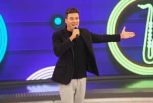 Rodrigo Faro vai apresentar programa especial sobre a estreia de A Fazenda 13 (foto: Record/Edu Moraes)