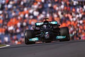 Lewis Hamilton, da Mercedes, no primeiro treino livre do GP da Holanda (foto: Lars Baron/Getty Images)