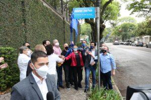 Foto do momento em que autoridades fazem descerramento da placa em homenagem a José Paulo de Andrade
