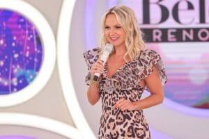 Imagem da apresentadora Eliana segurando microfone durante as gravações de seu programa no SBT