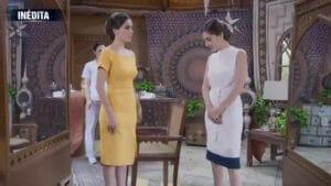 Imagem da atriz Sandra Echeverría caracterizada como Paola e Paulina em cena da nova versão de A Usurpadora
