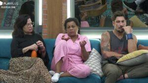 Tati Quebra Barraco sentada entre Solange Gomes e Victor Pecoraro no sofá da sala da sede de A Fazenda