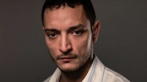 O ator Allan Souza Lima, colega de cena de Carla Diaz, em um fundo neutro