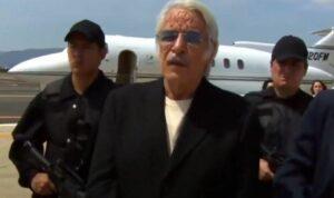 Aníbal fará de tudo para fugir da Interpol em Amores Verdadeiros (foto: Reprodução/SBT)
