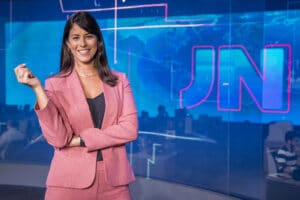 Jéssica Senra no estúdio do Jornal Nacional no Rio de Janeiro; jornalista é uma das plantonistas do principal telejornal do país (foto: Globo/João Cotta)