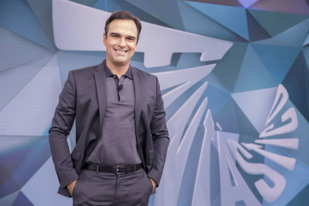 Foto do apresentador Tadeu Schmidt no cenário do Fantástico, da Globo