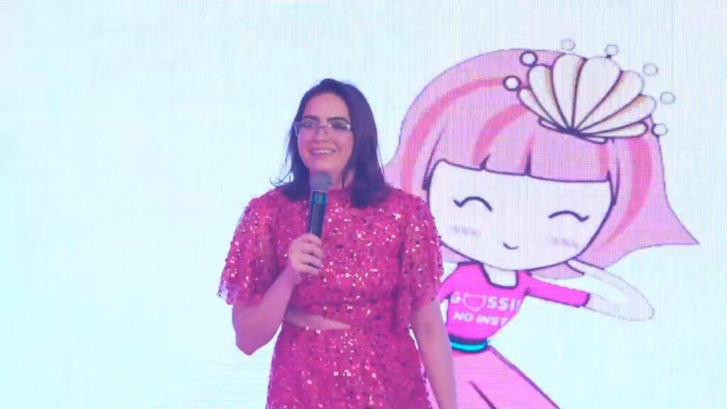 A influenciadora Letícia Espir posa na frente de uma caricatura
