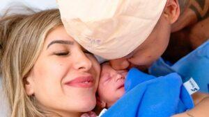 Lore Improta e Léo Santana ao lado da filha recém-nascida
