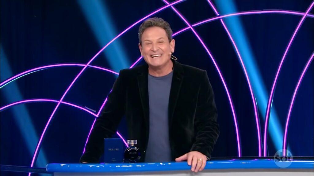 O apresentador Luís Ricardo posa no cenário do programa Roda a Roda Jequiti