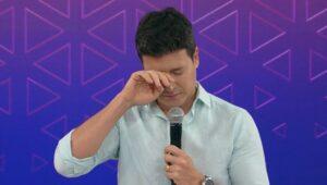 Rodrigo Faro chora durante programa ao vivo na Record