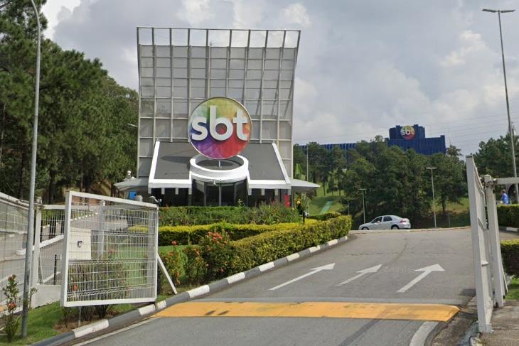 Portaria da sede do SBT em Osasco, na região metropolitana de São Paulo; funcionários terceirizados reclamam de discriminação após corte no ônibus fretado (foto: Reprodução)