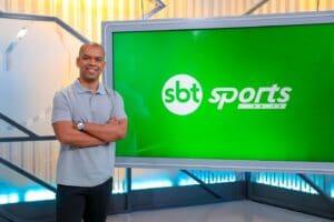 Imagem do narrador Luiz Alano no cenário do programa SBT Sports