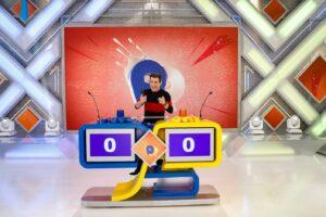 Imagem do apresentador Celso Portiolli na bancada do game Passa ou Repassa