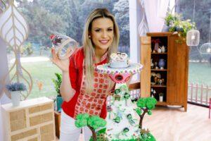 Imagem da jurada Beca Milano apresentando o bolo Extraterrestre, da prova criativa do Bake Off Brasil