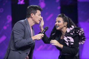 Imagem do apresentador Rodrigo Faro interagindo com participante do Canta Comigo Teen