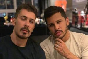 Imagem do humorista Carlinhos Maia (à esquerda) ao lado do marido Lucas Guimarães