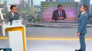 Imagem dos apresentadores Rodrigo Bocardi e Tiago Scheuer no cenário do Bom Dia SP com Chico Pinheiro no monitor no centro
