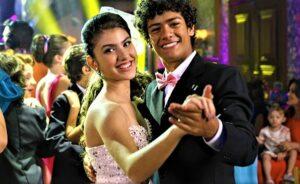 Imagem de Mili (Giovanna Grigio) e Mosca (Gabriel Santana) dançando valsa na festa de 15 anos da personagem