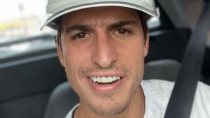 Imagem do ex-BBB Felipe Prior dentro de um carro