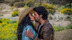 Imagem dos personagens dos atores Livia Brito e José Ron em cena de beijo da novela mexicana La Desalmada