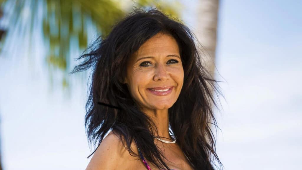 Imagem da modelo Nathalie Andreani com uma praia ao fundo