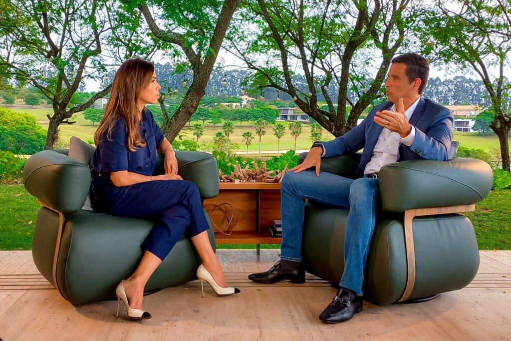 Imagem com foto da apresentadora Patricia Abravanel entrevistando Roberto Campos Neto