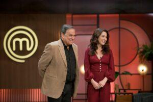 Imagem do apresentador Ronnie Von ao lado de Ana Paula Padrão no palco do MasterChef