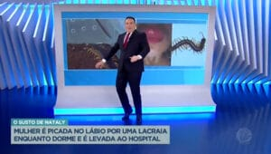 Imagem do apresentador Reinaldo Gottino tropeçando no telão do Balanço Geral